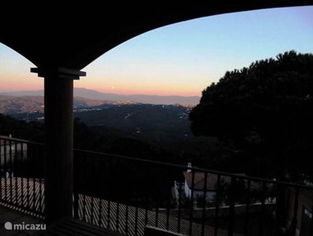 Uitzicht vanaf het terras aan de woonkamer.