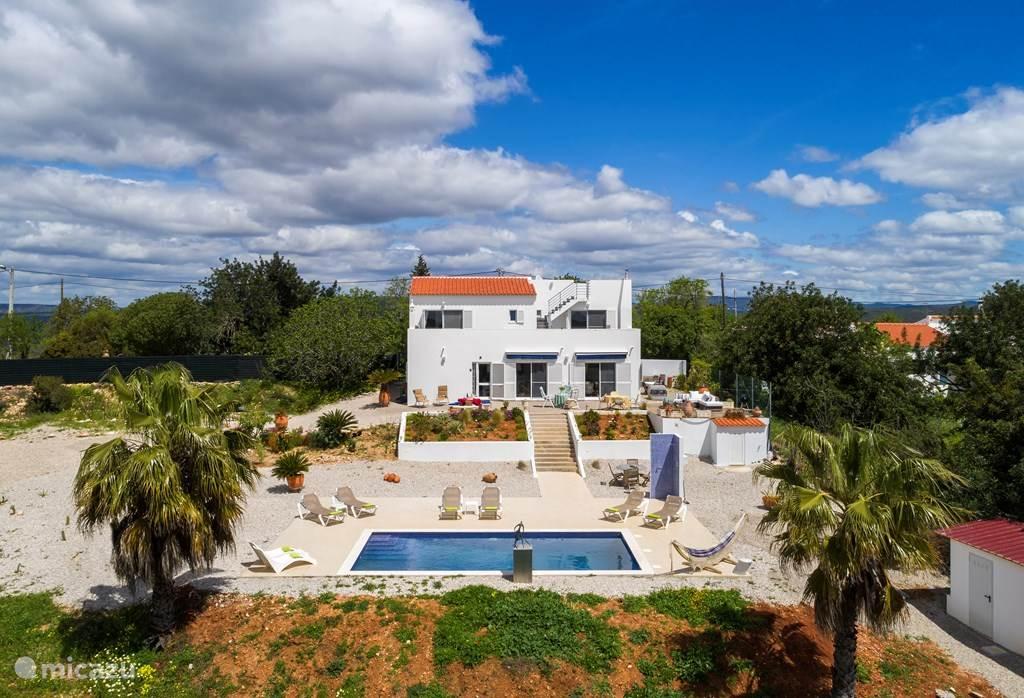 Aanzicht van de villa en het zwembad
