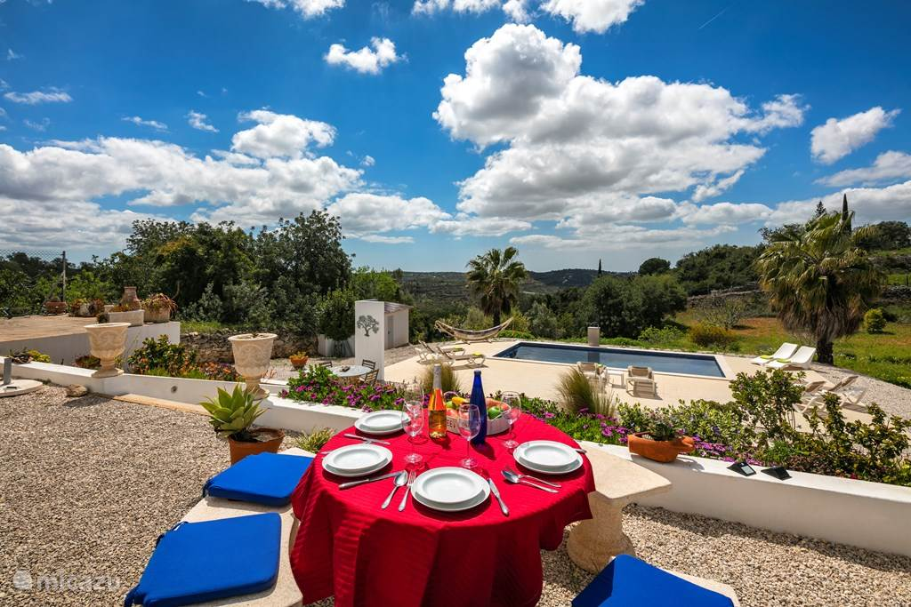 Vanaf het terras, waar u heerlijk kunt dineren heeft u ook een prachtig uitzicht over de tuin