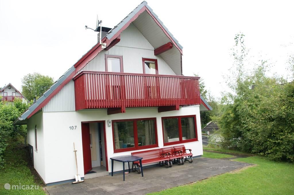 Dit is een foto van ons huis in de zomer.