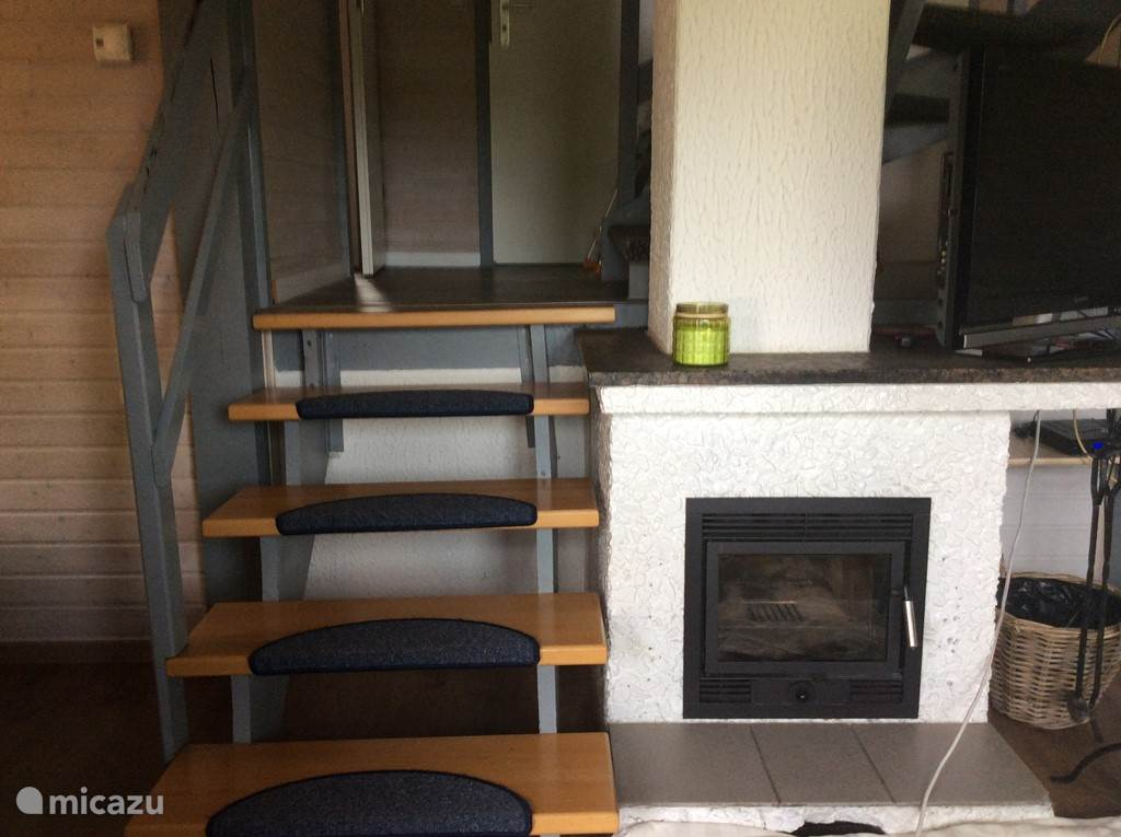 De trap naar de tussenverdieping met slaapkamer, badkamer, apart toilet en de keuken.