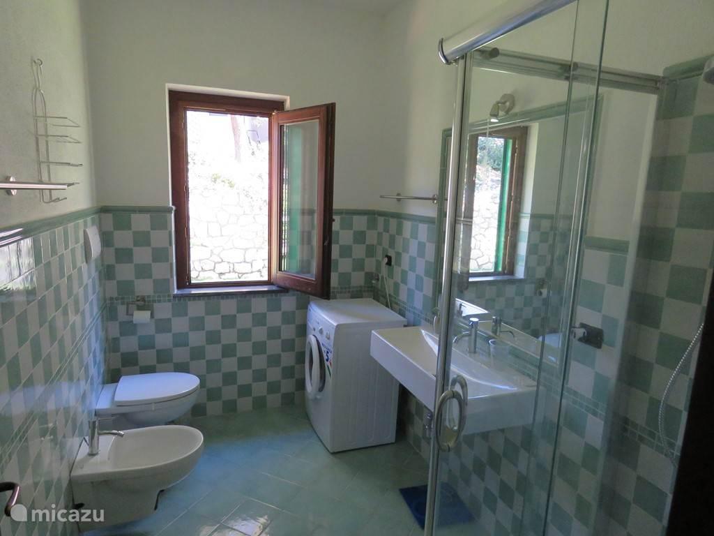 grote badkamer met wasmachine