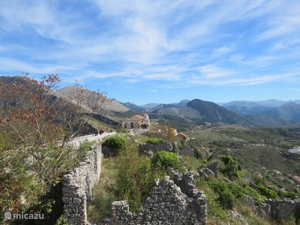 landschap bovenop de Monte San Biagio met de kerk van de H. San Biagio
