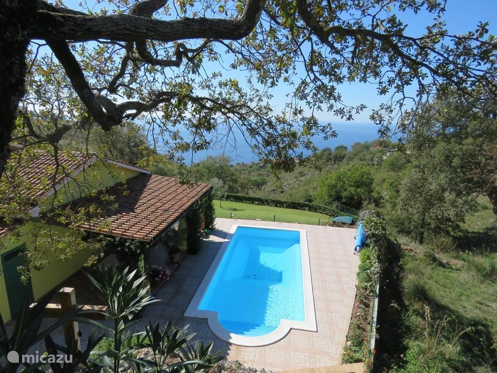 casa vista mare met zwembad en overdekt terras van bovenaf gezien