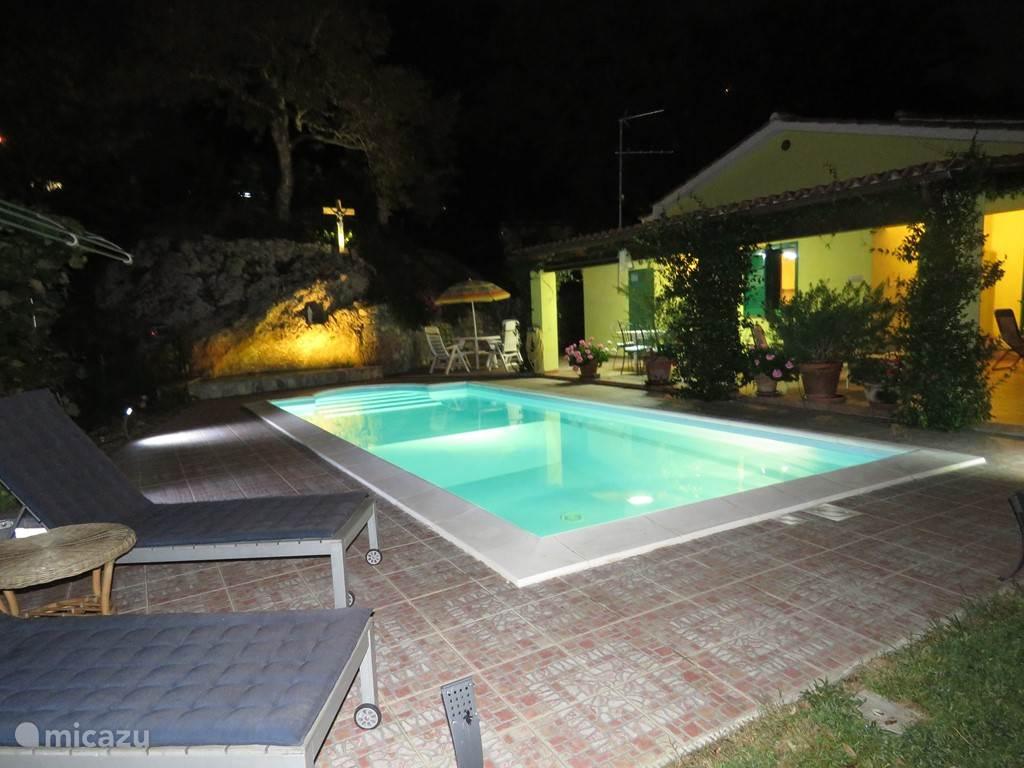 zwembad met sfeerverlichting