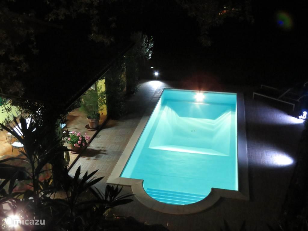 zwembad met terras en sfeerverlichting van bovenaf gezien