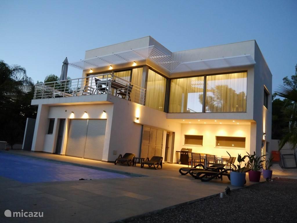 Ook 's avonds is het heerlijk toeven op het terras en balkon.