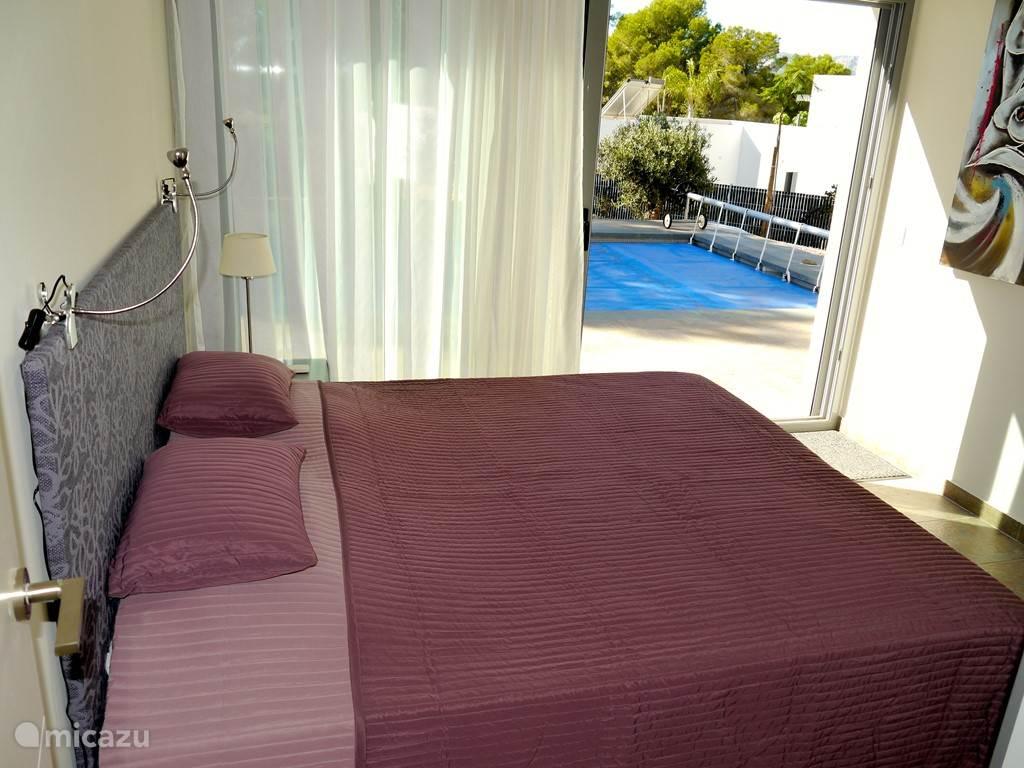 Slaapkamer aan het zwembad.