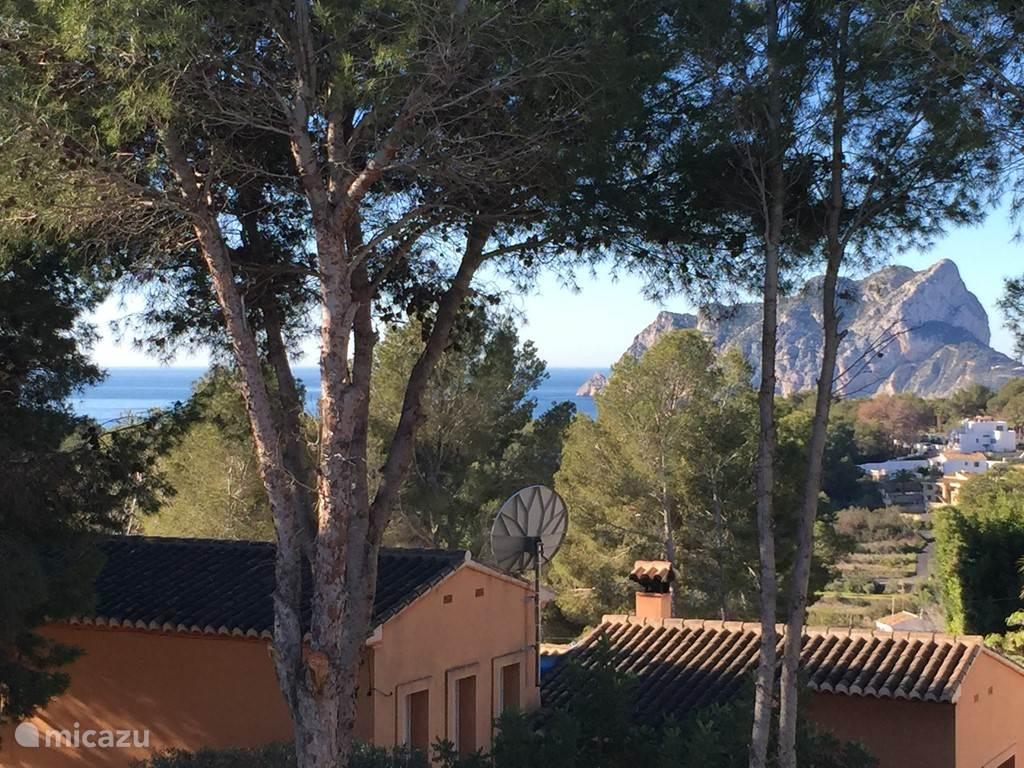 Uitzicht vanaf balkon op zee en Ifach