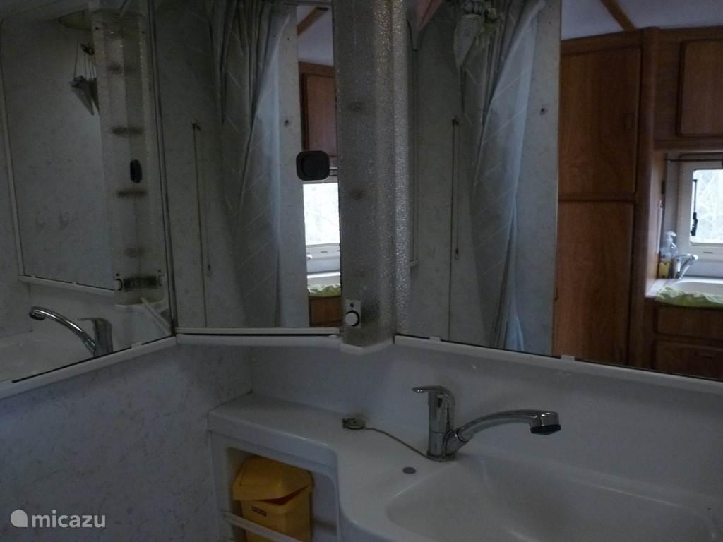 Douche, WC, wastafel.