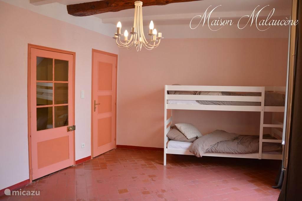 De roze kamer met stapelbed