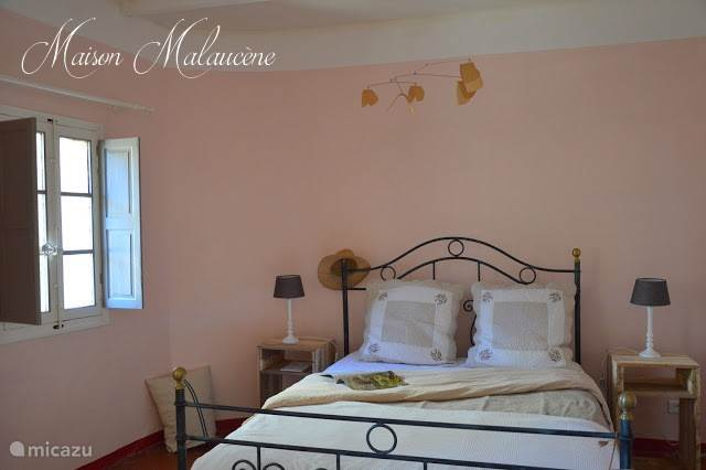 De roze kamer met dubbelbed