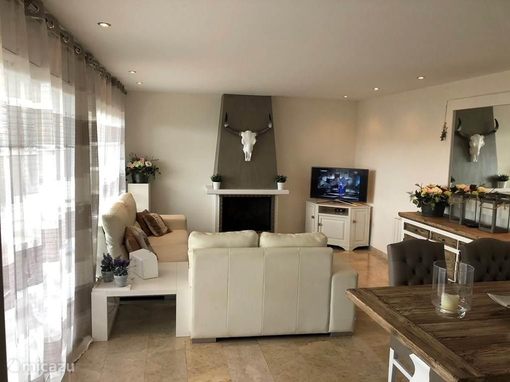 huiskamer met openhaard,flatscreen incl alle kanalen
