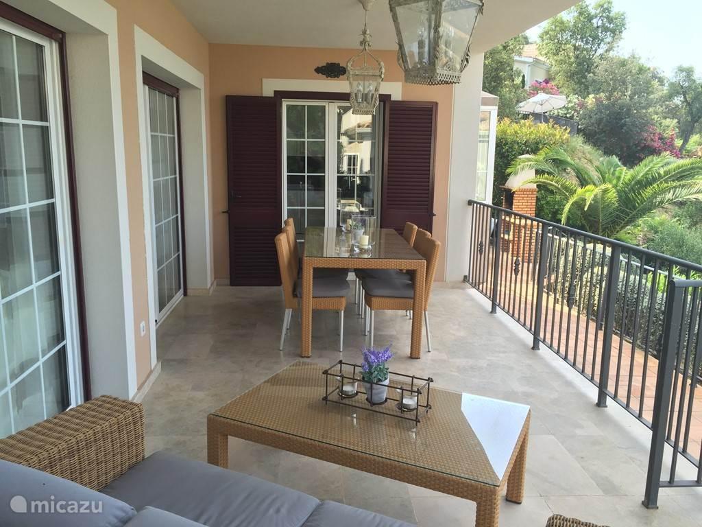 terras gelegen aan woonkamer en keuken