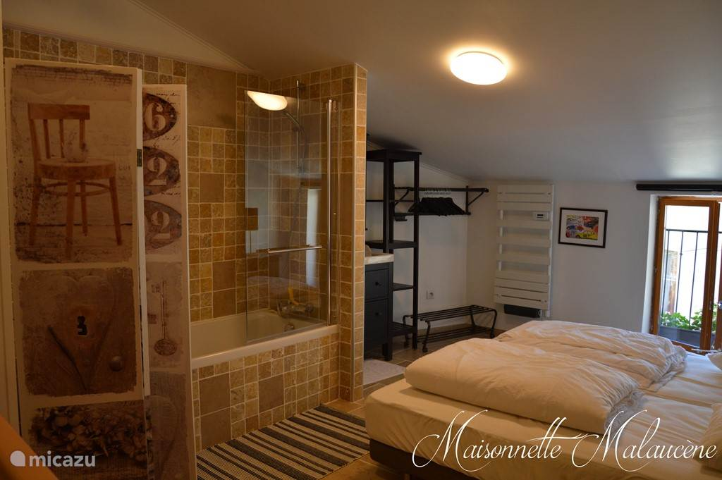 Slaapkamer, bad, lavabo en kledingrek