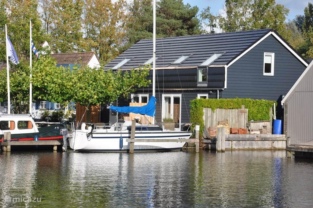 Ligging aan het water en de kade. Uw boot kan aan de steiger aanleggen