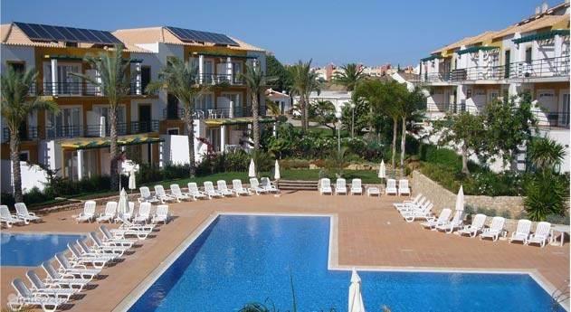 2 zwembaden beschikbaar, incl. ligbedden en poolbar