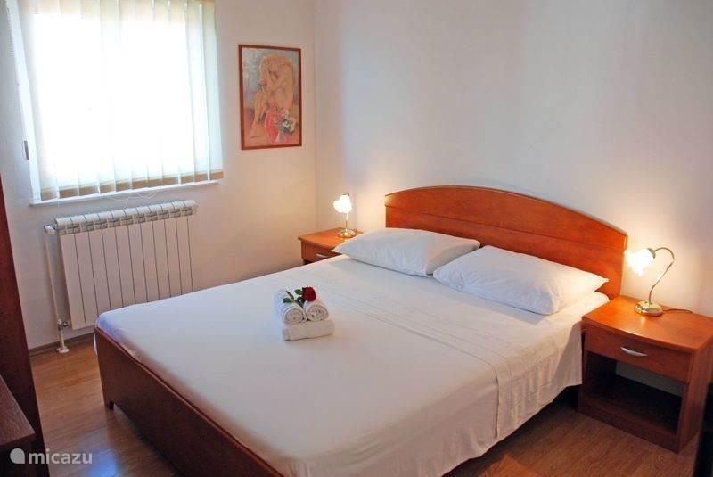 slaapkamer met een tweepersoonsbed