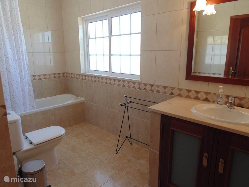 Er zijn maar liefst vier badkamers!