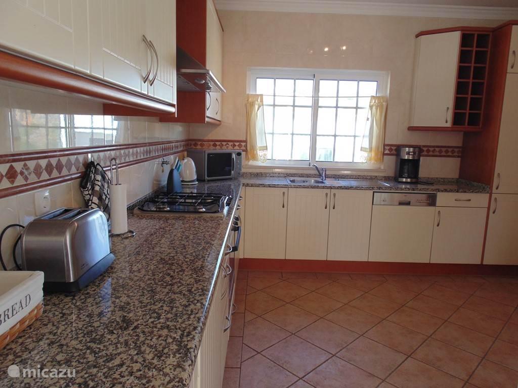 De keuken is modern en groot en van alle gemakken voorzien.