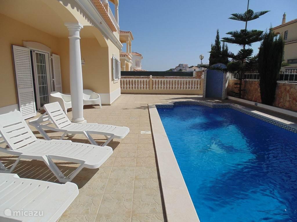 Het grote privé-zwembad heeft ook een lekkere buitendouche.