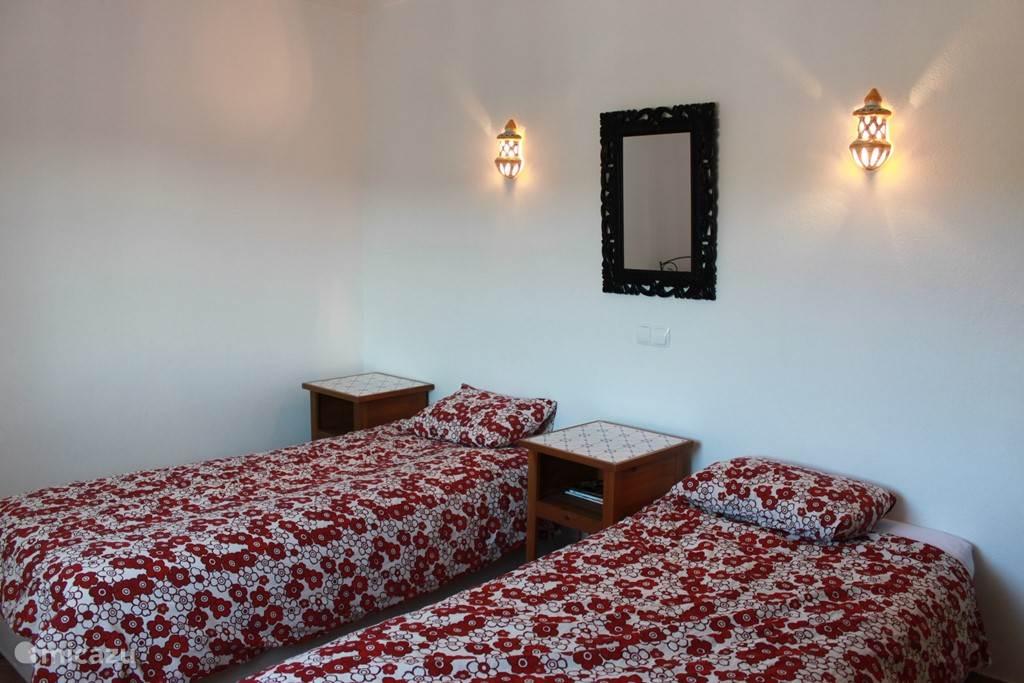 Vier slaapkamers met zeer goede bedden en natuurlijk airco