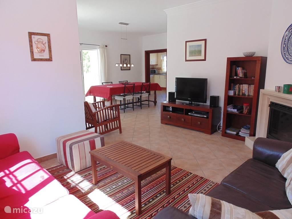 Gezellige woonkamer en eetkamer met veel licht en rechtstreeks toegang tot terras en zwembad.
