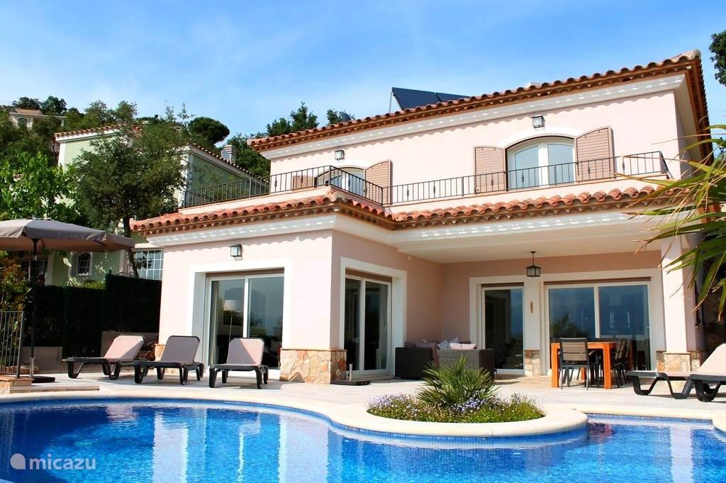 Ojo Azul en is gelegen op een prachtige locatie in de Heuvels van de urbanisatie Les Teules, Santa Cristina aan de Costa Brava. Dit nieuwe huis is gebouwd in 2012.