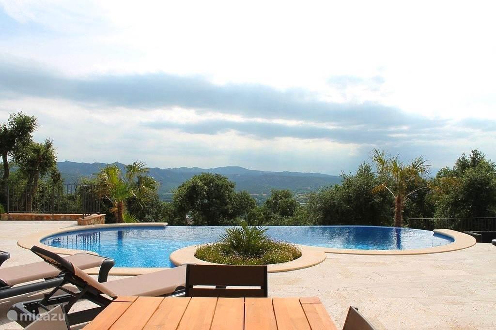 Heerlijk zwembad met een fantastisch uitzicht