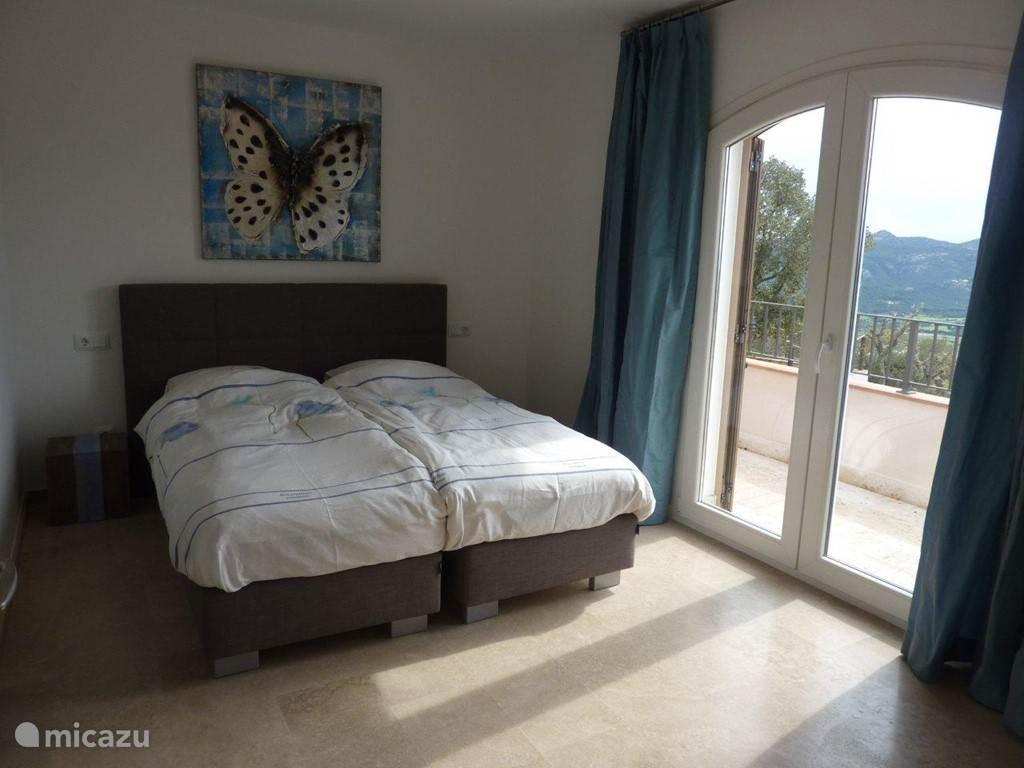 Slaapkamer met prachtig uitzicht. Wie wil er niet zo wakker worden..