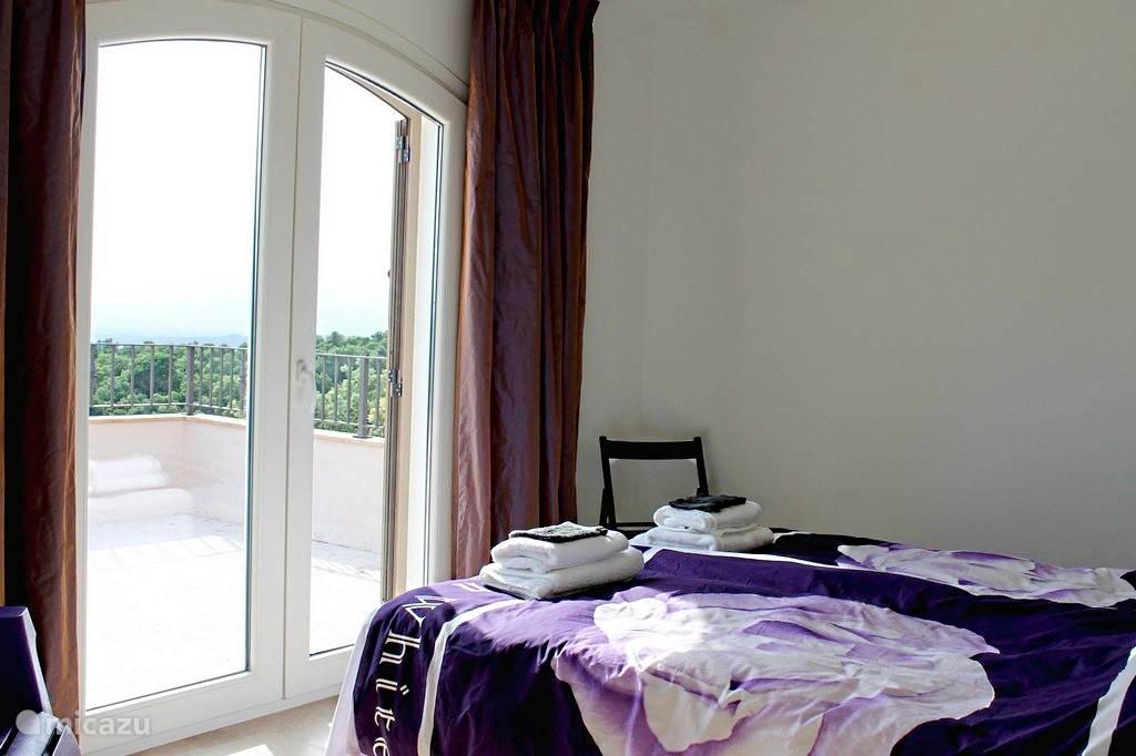 Slaapkamer met balkon. Wakker worden met prachtig uitzicht..