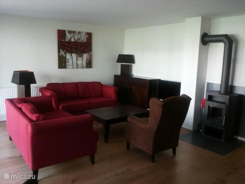Das Wohnzimmer mit Kamin und Fernseher.