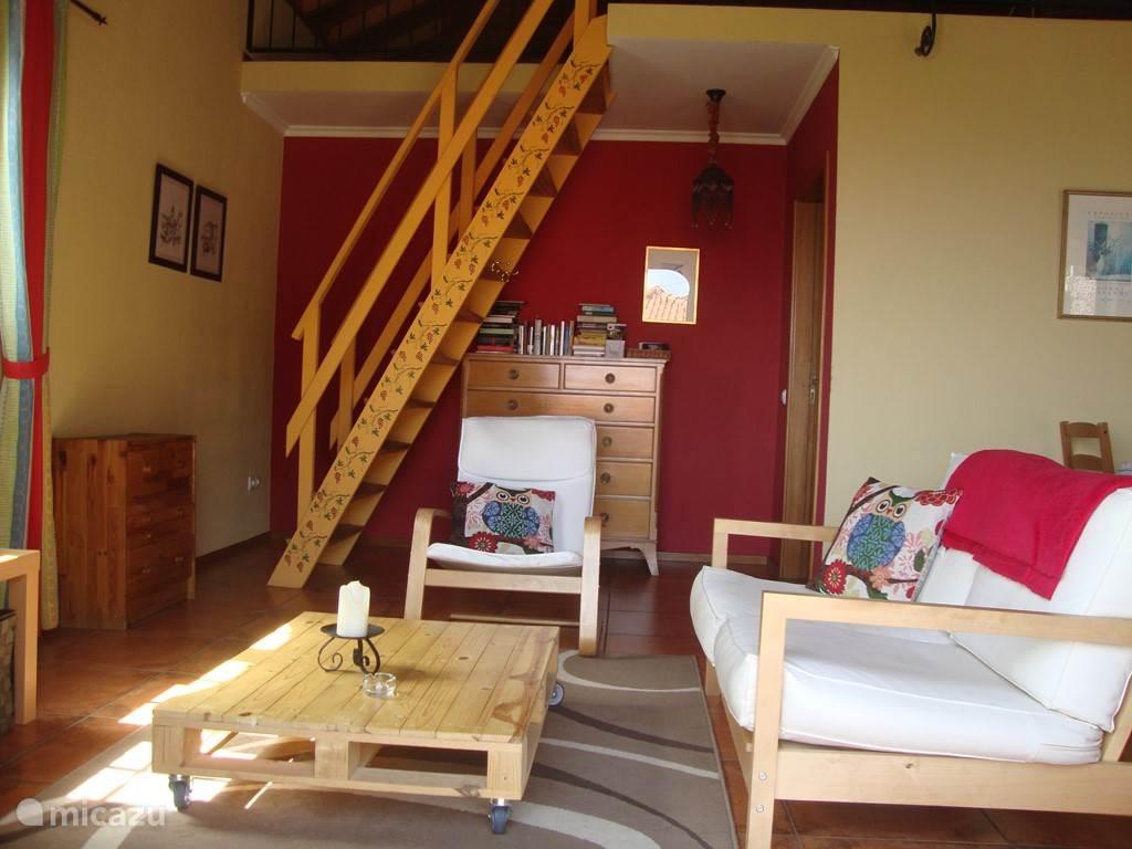 Leefruimte met trap naar mezzanine