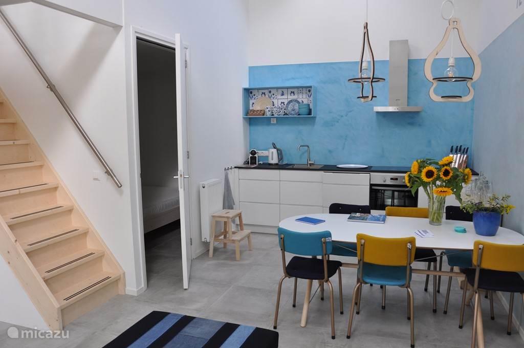 keuken met trap naar boven