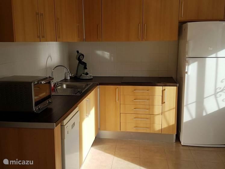 keuken beneden met vaatwasser, oven ,koelvriescombinatie ,senseo ,inductiekookplaat