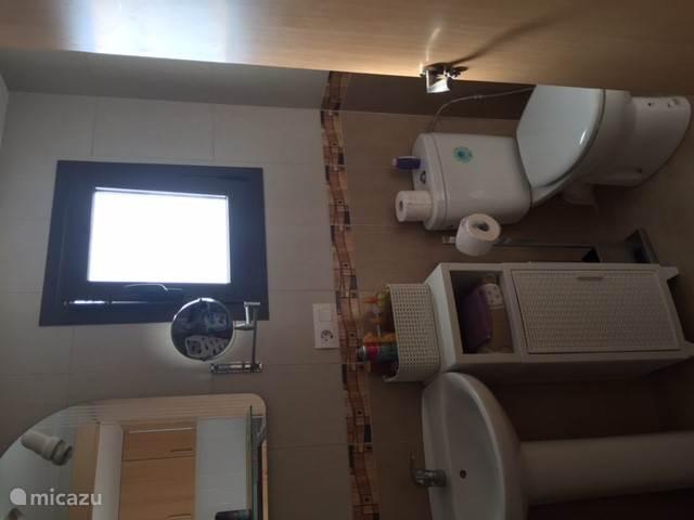 badkamer 3 beneden met douche en toilet