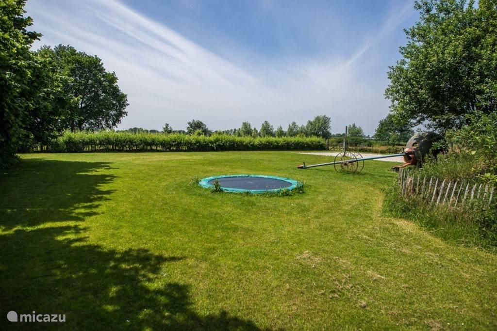 speelweide met trampoline , glijbaan , beachvolleybal veld, tafeltennistafel
