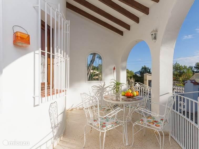 Lekker ontbijten in de ochtendzon op de veranda...