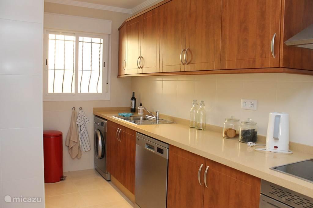ruime keuken met alle benodigde apparatuur