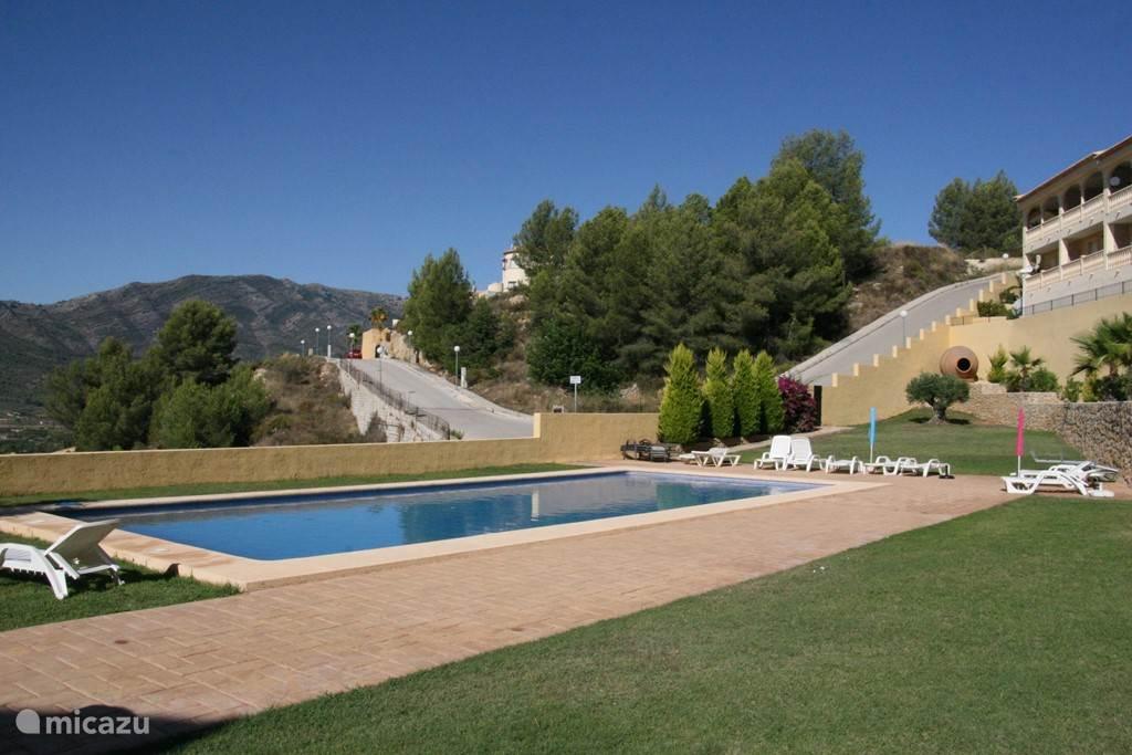 uitzicht op zwembad vanuit het townhouse