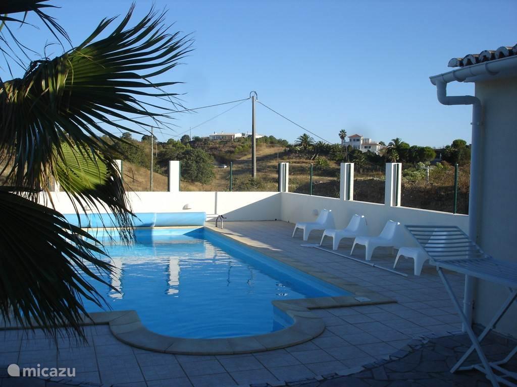 Het zwembad is vanuit het huis, de veranda en het terras toegankelijk. Een plek die ommuurd is zodat privacy gewaarborgd is,maar er toch rondom vrij uitzicht is