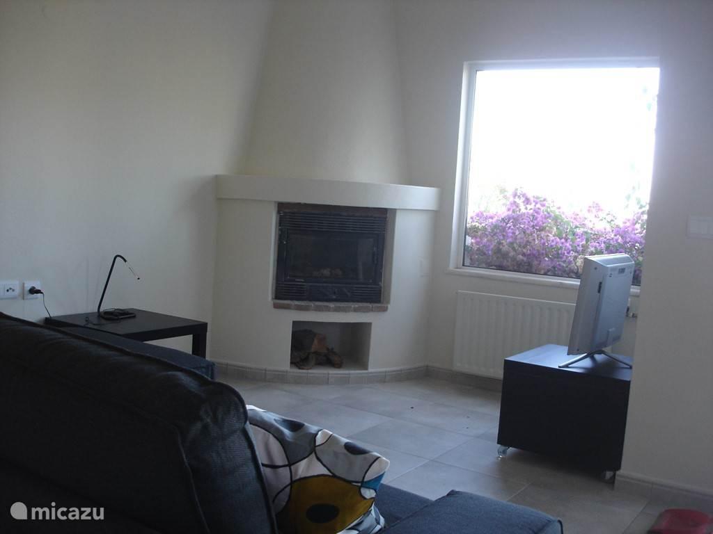 Een zitkamer met televisie en Wifi