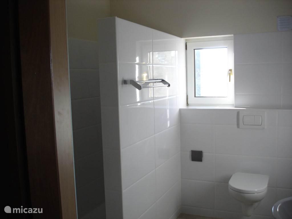 Een van de badkamers met inloopdouche en badkamermeubel Ook hier is verwarming, zoals in het hele huis.