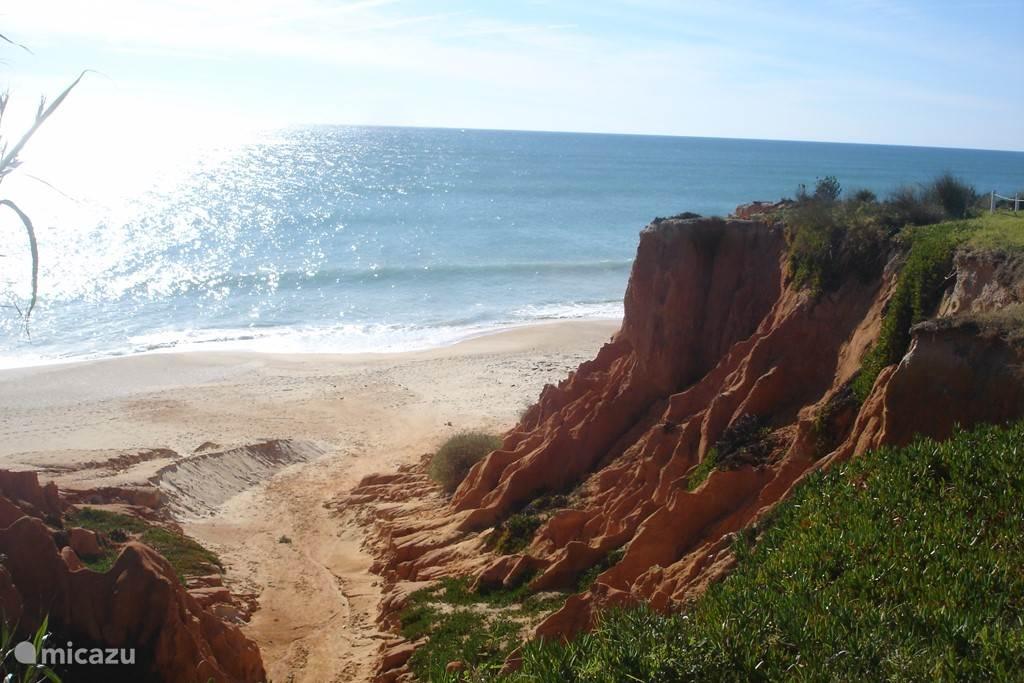 Een van de vele verschillende kustlijnen. Zowel zandstranden, als rotspartijen geven de Algarve een prachtig schouwspel.