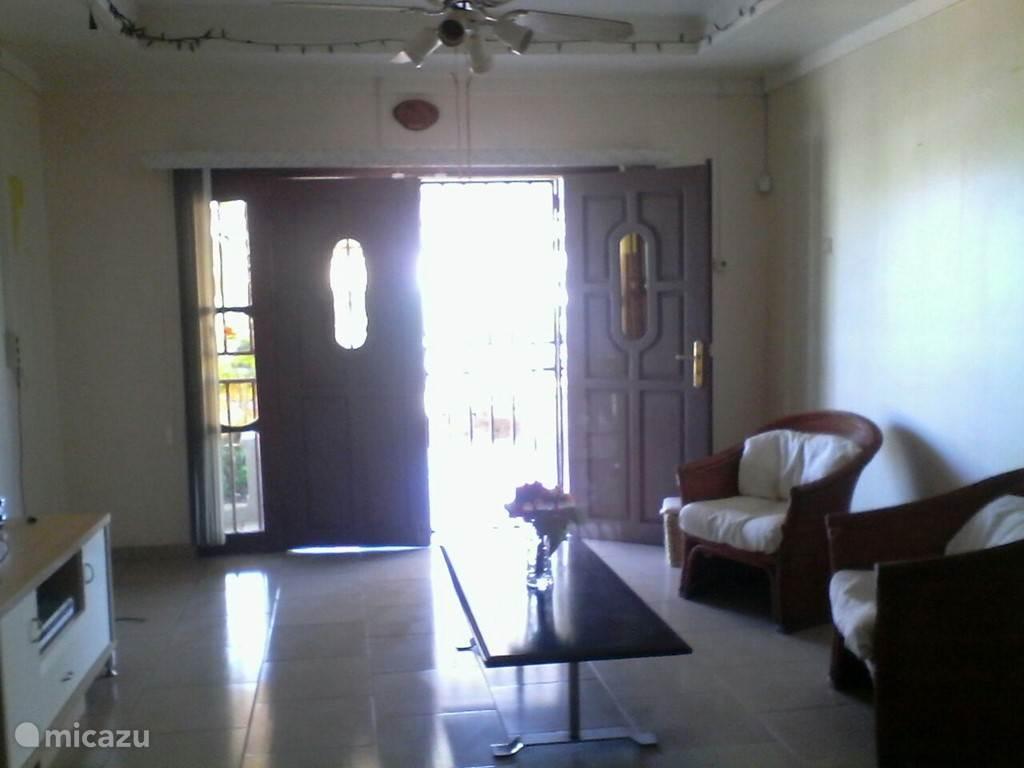 Woonkamer met dubbele voordeur