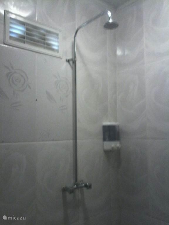 De douche met warm en koud water