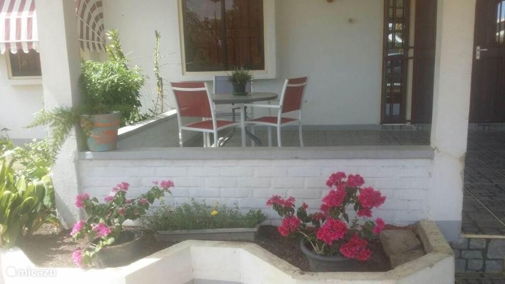 Balkon met koffietafel