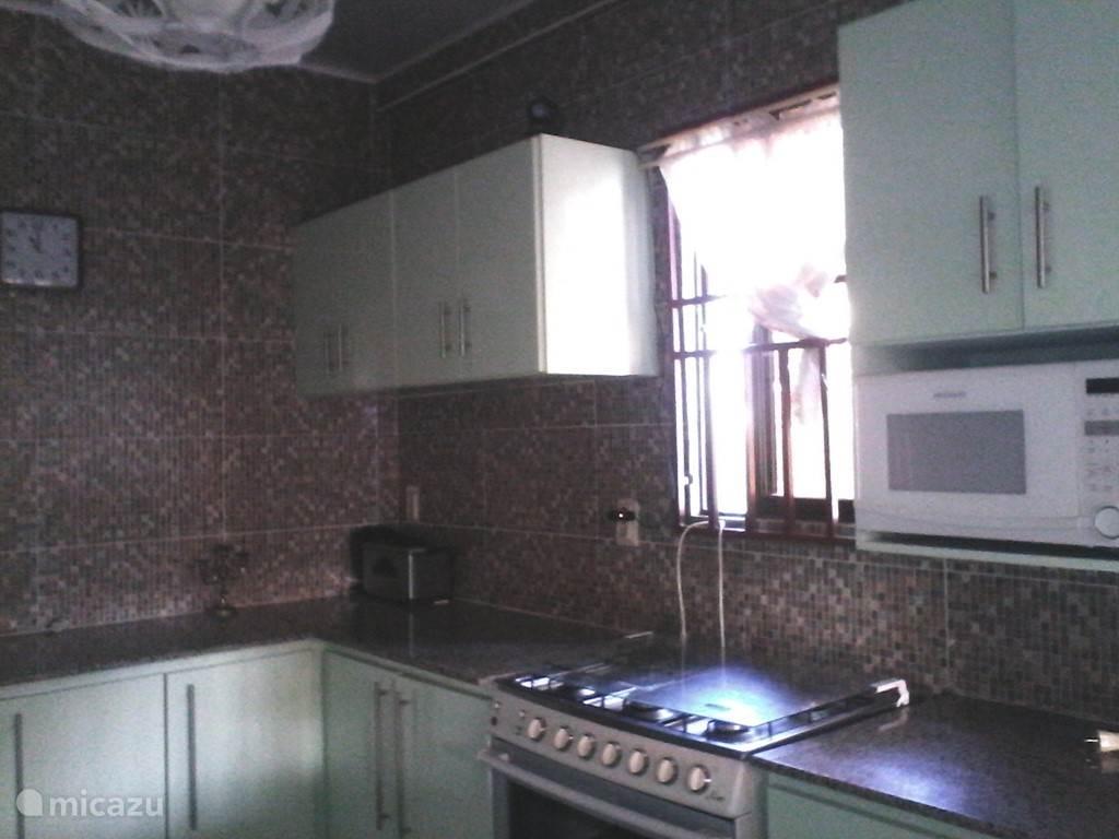 Keuken met grote koelkast