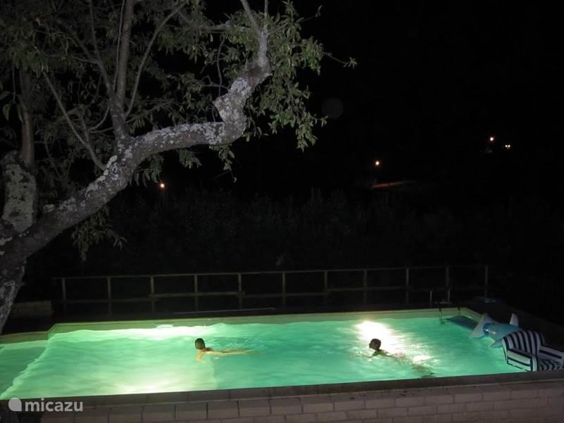 Verlicht zwembad.