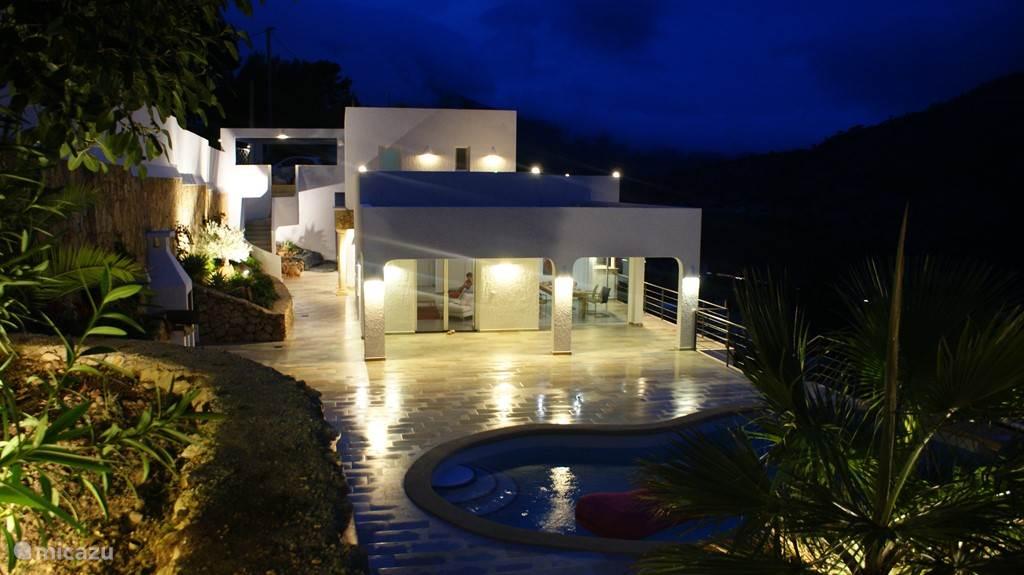 Vanaf terras met uitzicht op terras, zwembad en villa